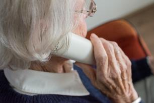 Femme recevant des conseils par téléphone