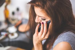 Jeune femme recevant des conseil par téléphone